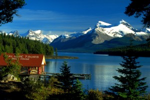 Canada_Boat_House_am_Maligne_Lake,_Jasper_NP,_Alberta,_CA